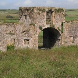 massive-abandoned-welsh-farm-thats-wasted-away-in-the-countryside-for-100-years