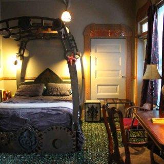 jules_verne_room_bed.JPG.jpg
