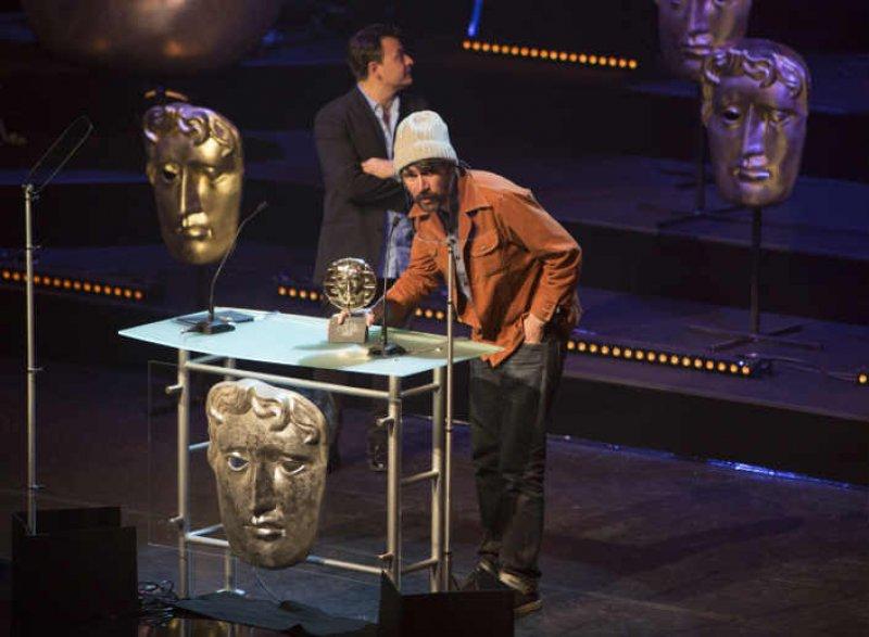 Gruff Rhys accepts award